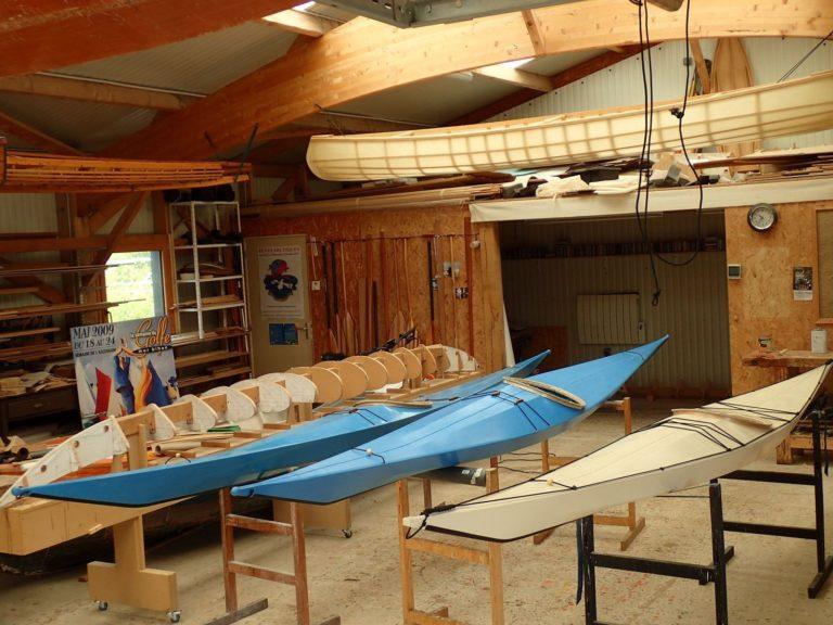 La construction d'une maquette de kayak.