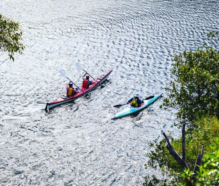Manœuvres par vent de travers en kayak directeur.